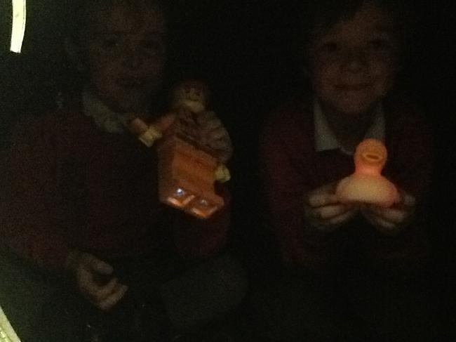 Yn y babell dywyll / In the dark den!