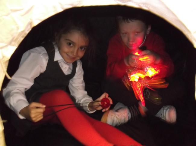 Arbrofi yn y babell dywyll! Fun in the dark den!