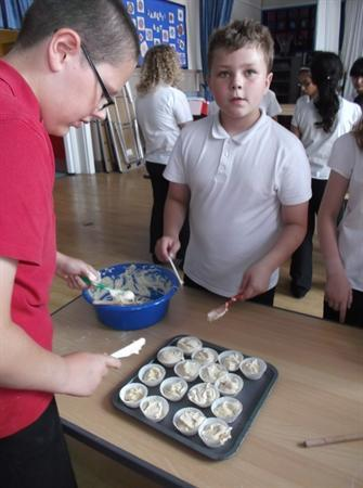 Year 6 cook cakes!