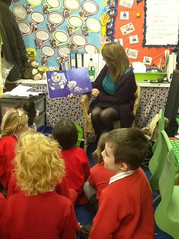 Plant Gwyr yn darllen stori! Gwyr pupils reading!