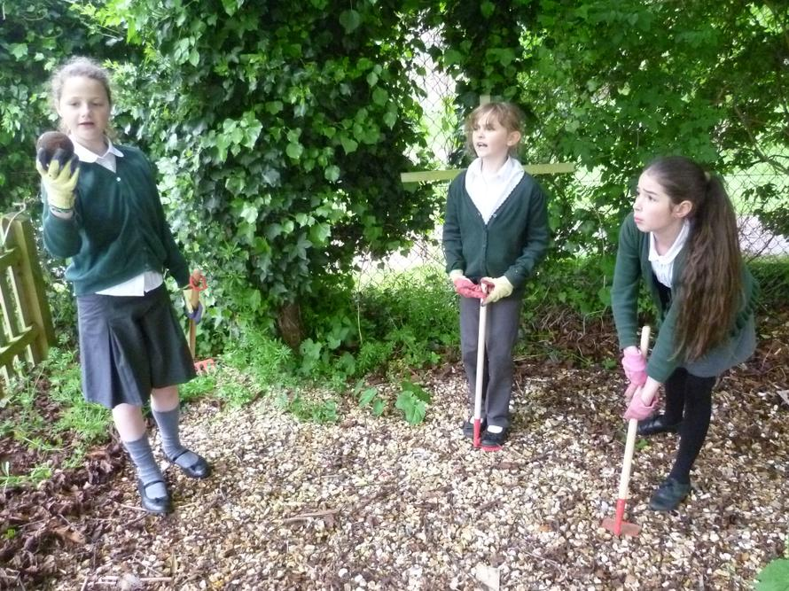 Libby, Lucie and Hollie find treasure!